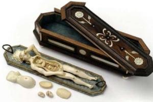Los doctores tenían prohibido tocar a las mujeres, por motivo tenian un modelo anatómico.